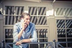 Mannetje die in mobiele telefoon spreken Stock Foto's