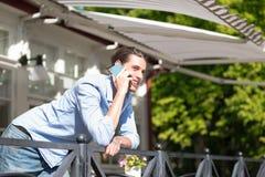 Mannetje die in mobiele telefoon spreken Stock Afbeelding