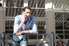 Mannetje die in mobiele telefoon spreken Royalty-vrije Stock Foto