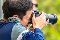 Mannetje die photgrapher beeld nemen terwijl het gebruiken van zijn telefoon stock foto's