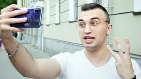 Mannetje die raveler mobiele telefoon het met behulp van, maakt vlog en leeft in sociale media stock footage