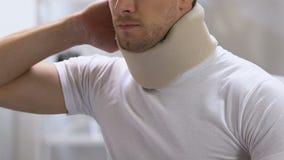Mannetje die in schuim cervicale kraag scherpe rugpijn, problemen na trauma voelen stock video