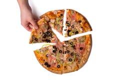 Mannetje die smakelijke Italiaanse pizzaplak met de hand plukken Royalty-vrije Stock Foto