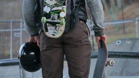 Mannetje die zich met zijn skateboards bevinden stock videobeelden