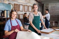Mannetje en Vrouwelijke werknemers die Documenten in Fabriek maken Royalty-vrije Stock Fotografie