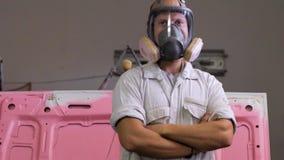Mannetje in het schilderen van workshop stock videobeelden