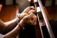 Mannetje met De handboeien om:doen in de Kerk, Concept Piicture Si stock afbeeldingen