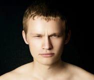 Mannetje met een nat gezicht die de camera onderzoeken stock foto's