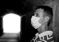 Mannetje met het verband van het Gaas in donkere tunnel stock afbeelding