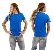 Mannetje met leeg blauw overhemd en dreadlocks Stock Fotografie