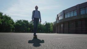Mannetje met skateboard stock video