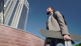 Mannetje met skateboard stock footage