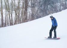Mannetje snowboarder op helling bij de wintertoevlucht royalty-vrije stock afbeelding