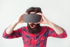 Mannetje in VR-glazen royalty-vrije stock afbeeldingen