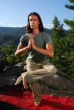 Mannetje in yogapositie in openlucht Stock Foto