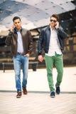 Mannetjes mooie modellen in openlucht royalty-vrije stock afbeeldingen