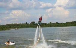 Mannfahrt auf flyboard Lizenzfreies Stockfoto