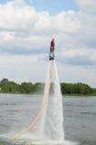 Mannfahrt auf flyboard Stockfoto