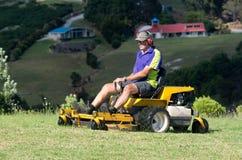 Mannfahrt auf Rasenmäher Lizenzfreie Stockbilder
