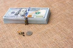 Mannfigürchen neben dem Bündel von US-Dollar Banknote Stockbilder