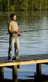 Mannfischen auf einem Dock Stockfotos