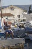 Mannfischen im Jachthafen Stockfotografie
