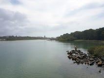 Mannfischen im ruhigen Fluss Fing er irgendwelche Fische? Stockfotos