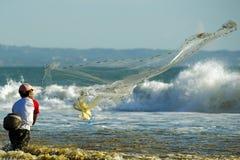 Mannfischen im verschmutzten Wasser Stockfoto