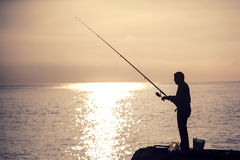 Mannfischen am Morgen Lizenzfreies Stockfoto
