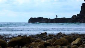 Mannfischen am Strand Lizenzfreies Stockfoto