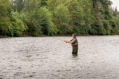 Mannfliegenfischen im Fluss Lizenzfreie Stockfotografie