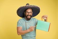 Mannfr?hliches gesicht in kaufendem gelbem Hintergrund des Sombrerohutes Kerl mit Bart schaut im Sombrero festlich Fest und Feier lizenzfreies stockbild