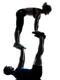 Mannfrau, die akrobatische Trainingseignung ausübt Stockbilder