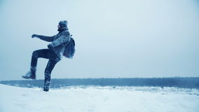 Mannfreude und Erhöhungshände oben stock video footage