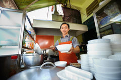 Mannfunktion als Koch in der asiatischen Gaststätteküche Lizenzfreie Stockfotos