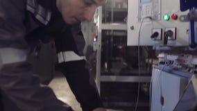 Mannfunktion, zum des elektrischen Apparates zu installieren stock video