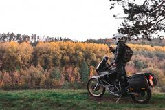 Manngebrauch Smartphone, Mobilkommunikation, Navigation, Signal, falsche Weisendrehung Abenteuermotorrad, Motorradfahrergang, ein lizenzfreies stockfoto