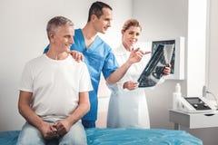 Manngefühl im Ruhestand glücklich nach positiven Röntgenstrahlergebnissen lizenzfreie stockfotos