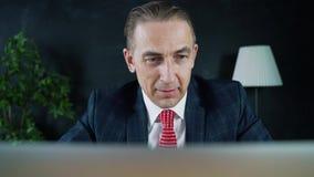 Manngeschäftsmann oder -rechtsanwalt, die bei der Arbeit vor einem Laptop sitzen stock video footage