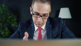 Manngeschäftsmann oder -rechtsanwalt, die bei der Arbeit vor einem Laptop sitzen stock video