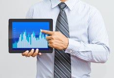 Manngeschenk ein Diagramm auf digitaler Tablette Lizenzfreies Stockfoto