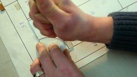 Manngeschliffenes Glas mit Glasschneider stock video
