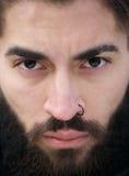 Manngesicht mit Bart und Nasenpiercing Stockbilder
