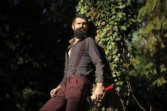 Manngesichtshautpflege Porträt-Manngesicht in Ihrem advertisnent Männliche Blockwinde im Wald Stockbilder