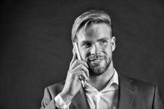 Manngespräch auf Smartphone mit Lächeln Glücklicher Geschäftsmann mit Handy Kommunikation und bewegliches Geschäft Großes Geschäf Stockbild
