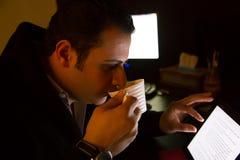 Manngetränkkaffee stockfotos