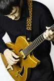 Manngitarrist mit dem Spielen der elektrischen Gitarre. Lizenzfreie Stockfotografie