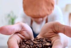 Manngriff-Kaffeebohnen lizenzfreies stockfoto