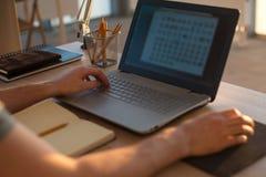 Mannhände auf Notizbuch, Geschäftspersonenarbeitsplatz Lizenzfreies Stockbild