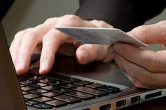 Mannhände auf Tastatur des Laptops Stockfotografie